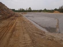 Zadanie obejmuje wybudowanie m.in. retencyjnego zbiornika odparowalnego, ujęcie i zagospodarowanie wód odciekowych, PGK